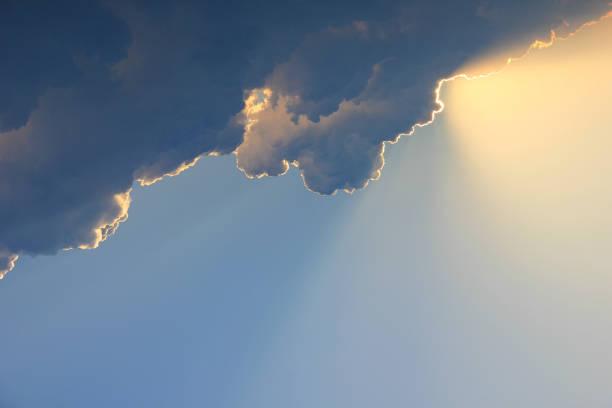 嵐雲の後ろに太陽の光 ストックフォト