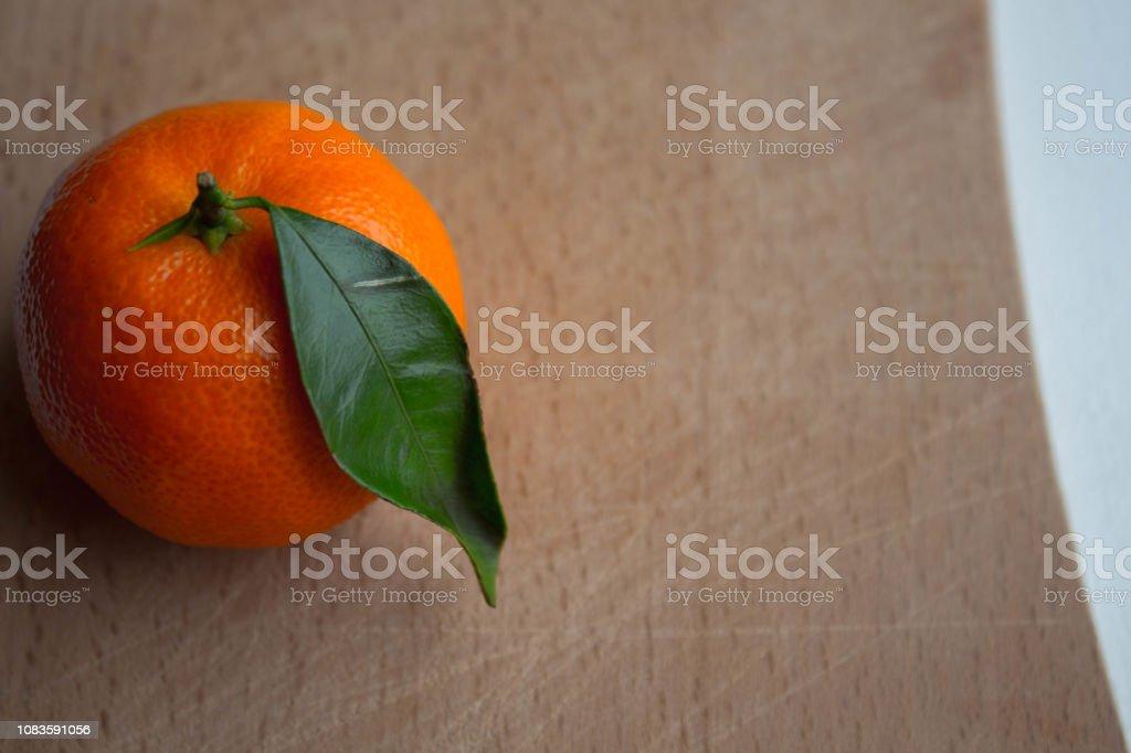 Una Mandarina Madura Con Una Hoja Verde En Una Terraza De