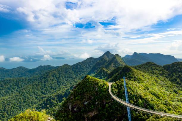 einen malerischen blick auf langkawi sky bridge - baumwipfelpfad stock-fotos und bilder