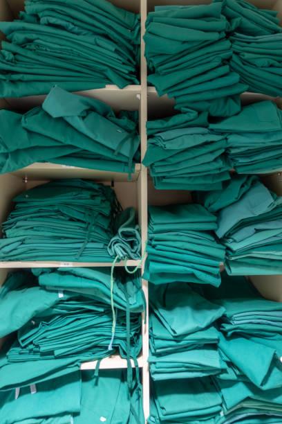 Ein Regal mit chirurgischer Wäscherei – Foto