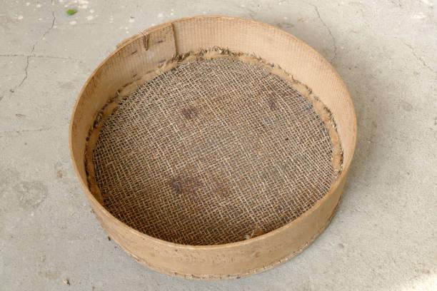 ein sieb, weizen, eine kleine poröse sieb, eine handgemachte klassische sieb zu sichten, - puderzuckersieb stock-fotos und bilder