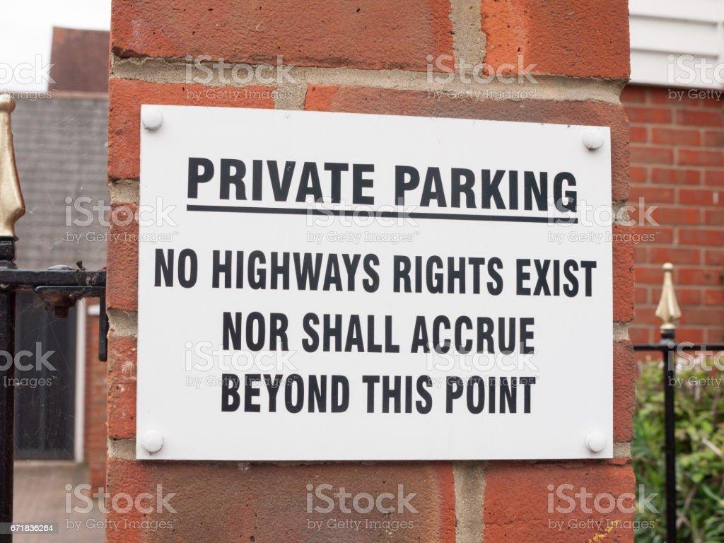 ein Schild in der Nähe von Wohn alte Menschen Privatparkplatz sagen, private Parkplätze, keine Autobahnen Rechte bestehen keine über diesen Punkt weiß und schwarz auf Brick Warnung Einschränkung Englisch uk Straßenrecht erwachsen werden – Foto