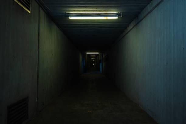 Ein kleiner, dunkler Tunnel – Foto