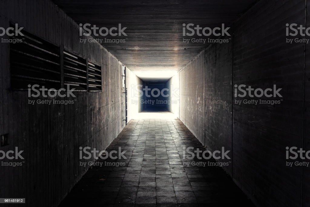 einen kleinen, dunklen tunnel – Foto