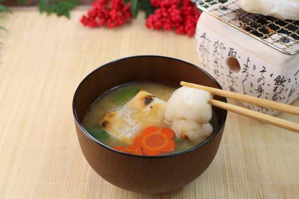 eine Suppe mit Reiskuchen, am Neujahrstag gegessen – Foto