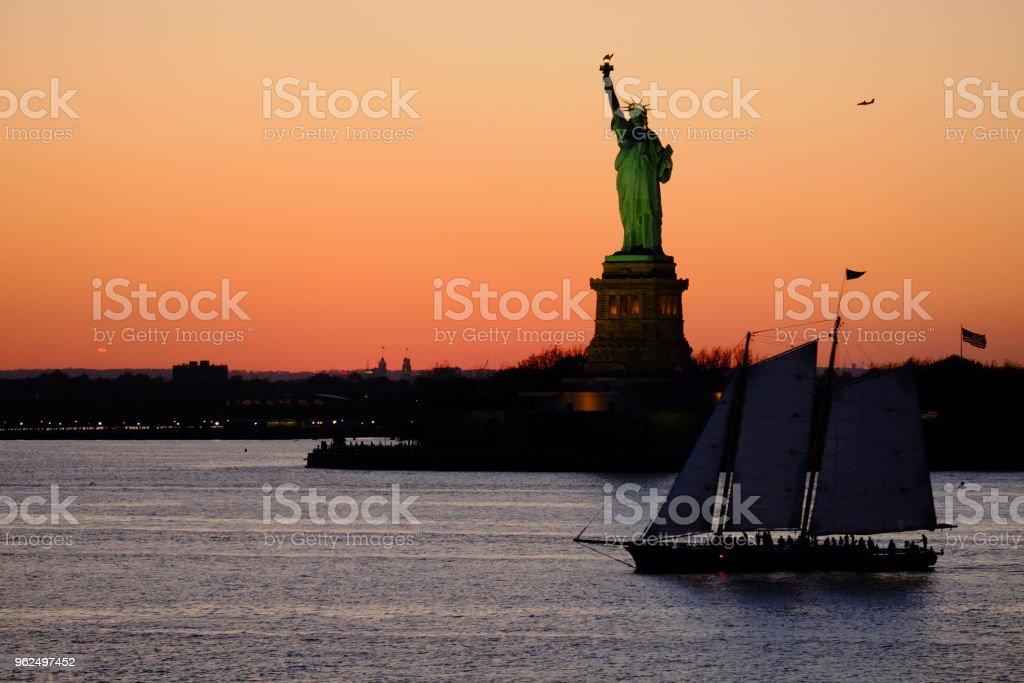 uma estátua da liberdade e um navio - Foto de stock de Antigo royalty-free