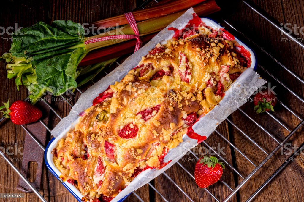smaczne ciasto drożdżowe rabarbar truskawkowy - Zbiór zdjęć royalty-free (Ciastko)