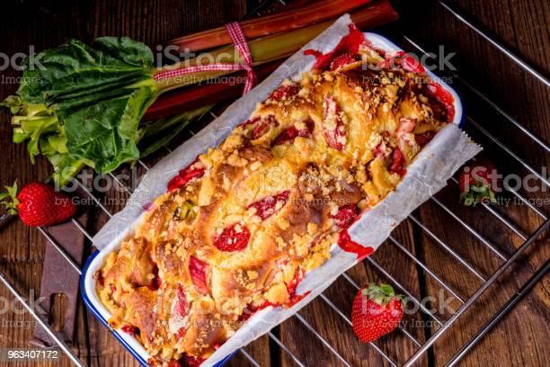 Smaczne Ciasto Drożdżowe Rabarbar Truskawkowy - zdjęcia stockowe i więcej obrazów Ciastko