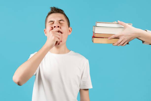 un adolescente cierra los ojos con un joystick de una consola de juegos - foto de stock