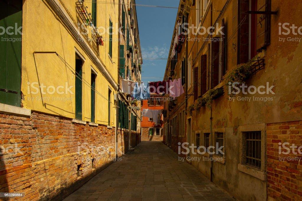 eine typische schmale Gasse in Venedig – Foto