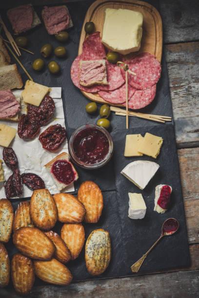 eine auswahl an snacks (antipasti) - käse, oliven, pastete, marmelade, madeleine und mehr - aufstrich weihnachten stock-fotos und bilder