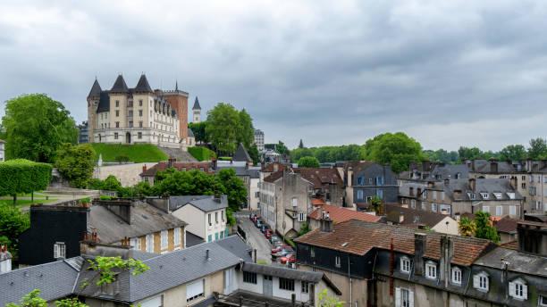 fransa'da pau castle kentinin bir görünüm - bearn stok fotoğraflar ve resimler