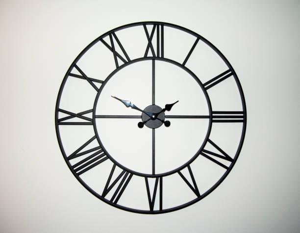 un reloj de pared - wall clock fotografías e imágenes de stock