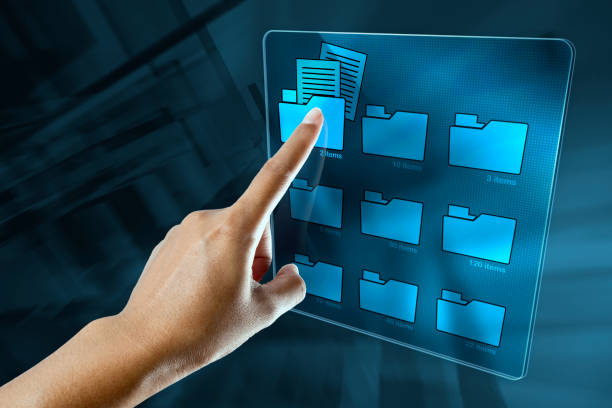 ręka kobiety wyszukuje dane w folderze na ekranie cyfrowym - przemysł elektroniczny zdjęcia i obrazy z banku zdjęć