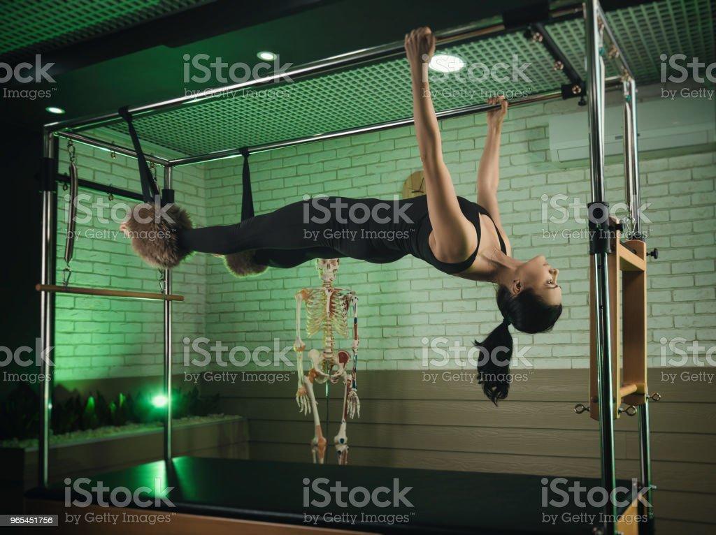 une femme est engagée dans la méthode Pilates. conditionnement physique et des sports - Photo de Adulte libre de droits