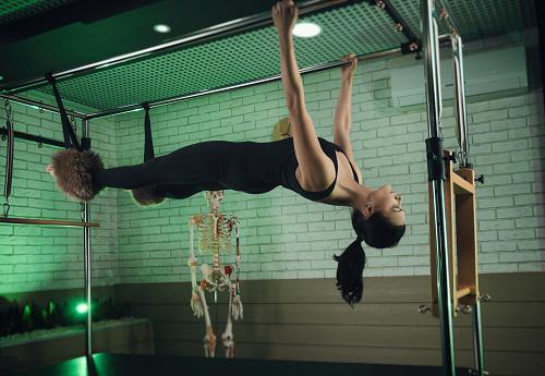 Eine Frau Beschäftigt Sich Mit Pilates Fitness Und Sport Stockfoto und mehr Bilder von Aerobic