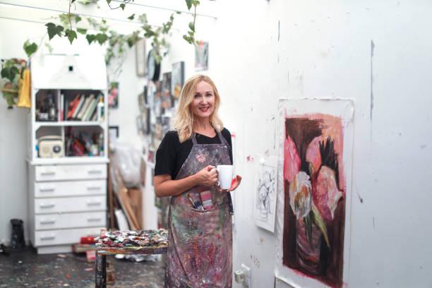 一位在家裡的藝術工作室裡畫畫的女人。 - 藝術行業 個照片及圖片檔