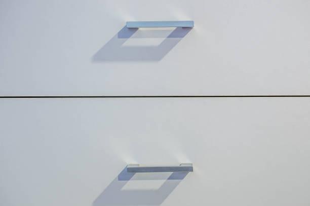 eine weiße holzschrank schubladenfront, metallgriff - griffe für küchenschränke stock-fotos und bilder