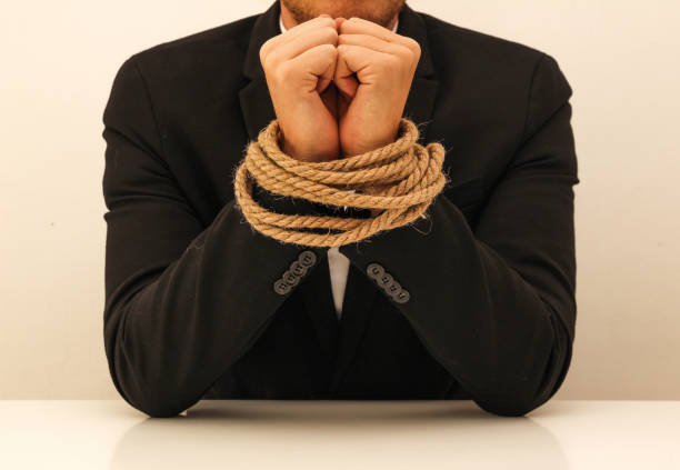 um homem de negócio novo com mãos amarradas - atado - fotografias e filmes do acervo