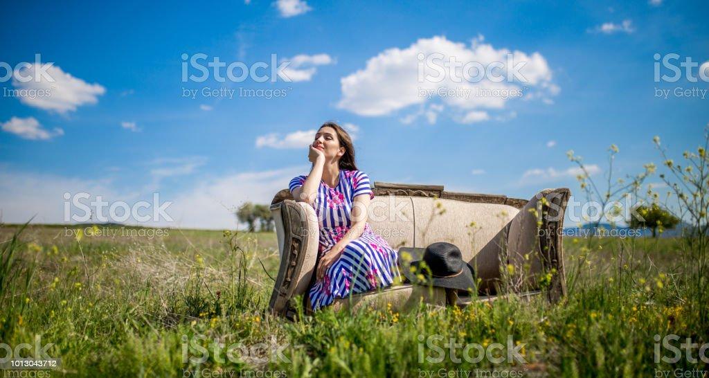 eine junge Frau im Frühjahr – Foto