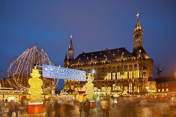 aachen christmas market und rathaus bei nacht - aachen stock-fotos und bilder