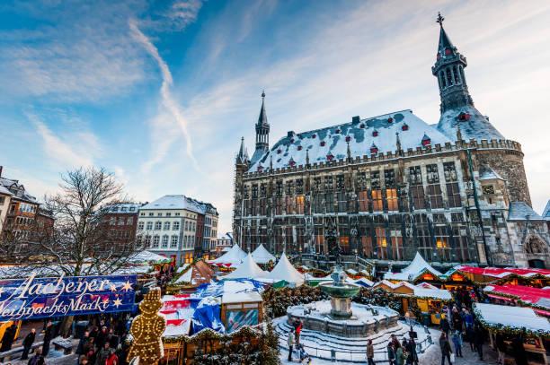 aachener weihnachtsmarkt im dezember - aachen stock-fotos und bilder