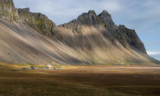 abbruch ferienhaus im gelben feld vesturhorn island - hobbit häuser stock-fotos und bilder