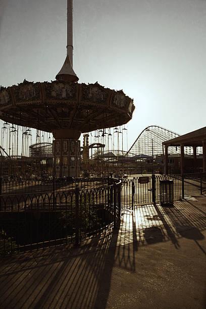 verlassenen amusement park - horror zirkus stock-fotos und bilder