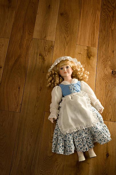 abandonado antigüedades de muñeca - muñeca bisque fotografías e imágenes de stock