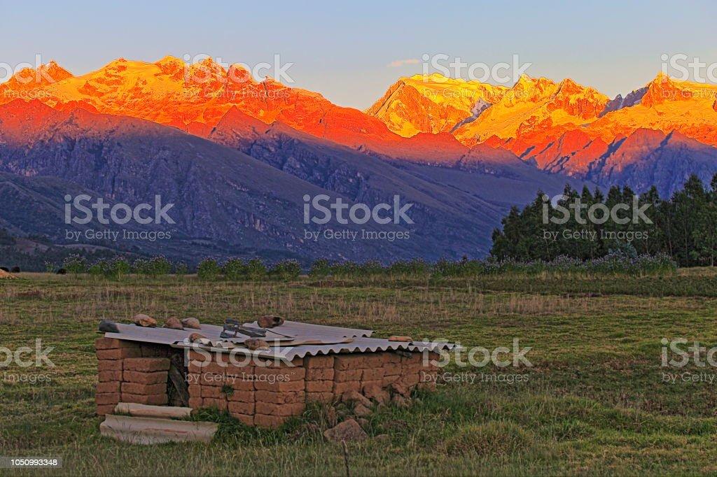 Estábulo abandonado para manter feno e Cordilheira Blanca ao pôr do sol, cobertas de neve dos Andes - Ancash, Peru - foto de acervo