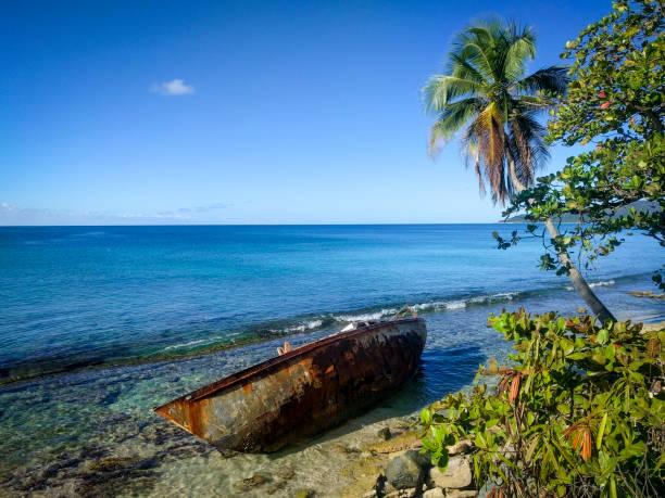 Verlassene Boot am Karibik-Strand – Foto