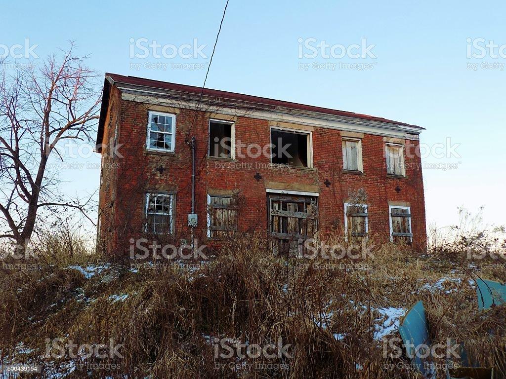 Abandonado casa de tijolos - foto de acervo