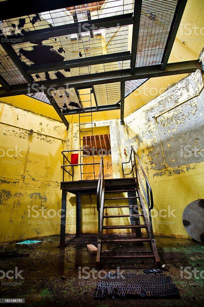 Prédio abandonado Interior aberto e entrada com escada foto royalty-free