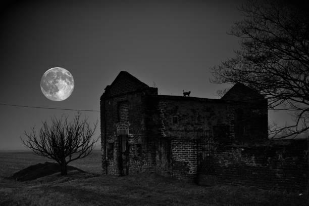 Verlassene Kirche bei Nacht – Foto