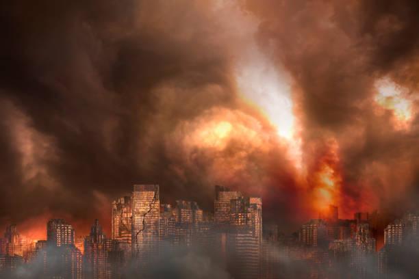 Verlassene Stadt und verrostetes Gebäude in einem brennenden Feuer verbrannt, Konzept des Krieges – Foto