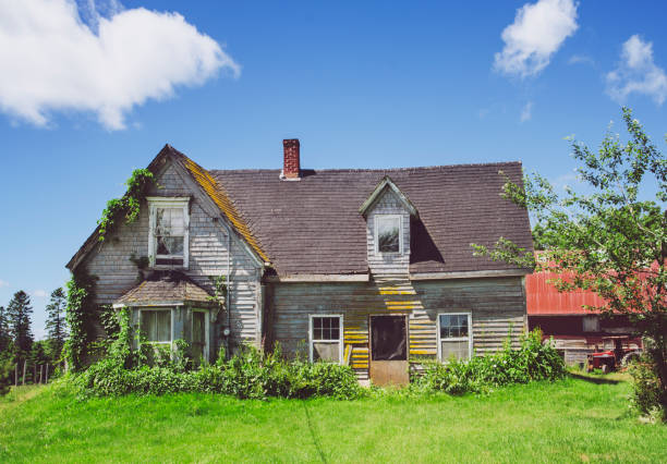 abandoned farmhouse in rural prince edward island - run down stock pictures, royalty-free photos & images