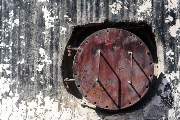 verlassene zahnseide loch unter den alten schornstein - tunnelkamin stock-fotos und bilder