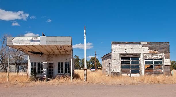 покинутый азс и гараж в город-призрак, нью-мексико - город призрак стоковые фото и изображения
