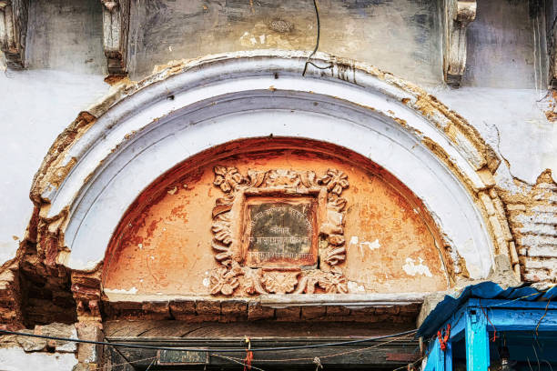 Abandoned Hindu school Varanasi, India, January 22nd, 2019: An abandoned building exterior of a Pathshala (a traditional Hindu school where children are taught in Sanskrit by Brahmins.) near Ganges in Varanasi dashashwamedh ghat stock pictures, royalty-free photos & images
