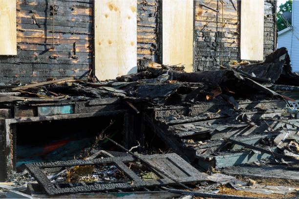 övergivet hus helt konsumeras av eld bränns till marken efter brand - brand sotiga fönster bildbanksfoton och bilder