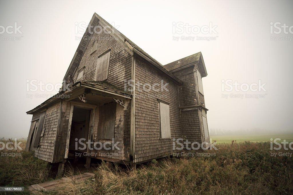 Casa abandonada em meio a um nevoeiro, um dia. - foto de acervo