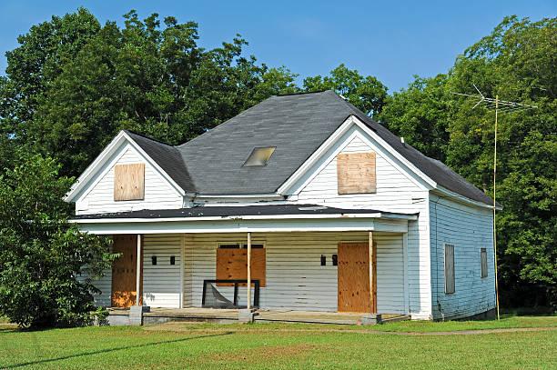 abandoned house - slechte staat stockfoto's en -beelden