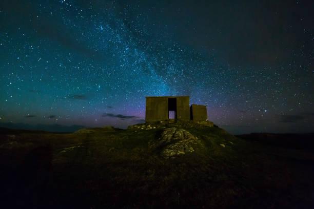 verlassene landschaft irlands - sternmoos stock-fotos und bilder