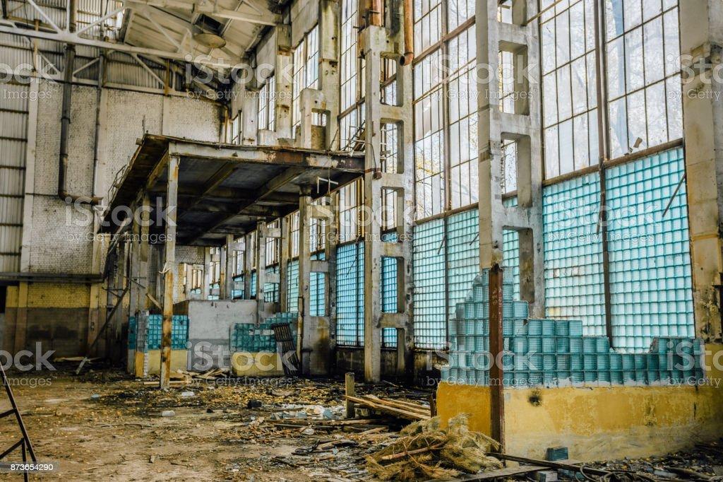 Verlassene Große Industriehalle Gebrochene Wand Aus Glasbausteinen ...