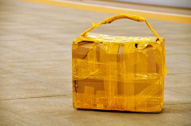 achtergelaten bagage - achterdocht stockfoto's en -beelden