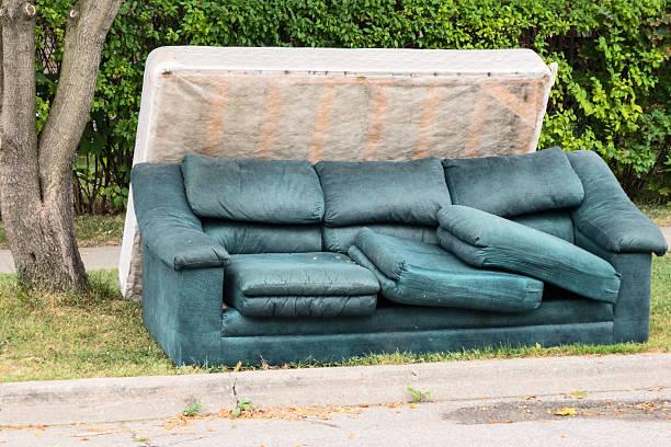 verlassenen matratze und couch - möbel sofa stock-fotos und bilder