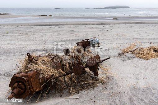 Pièce mécanique abandonnée sur une plage