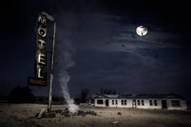 opuszczony motel na pustyni - motel zdjęcia i obrazy z banku zdjęć