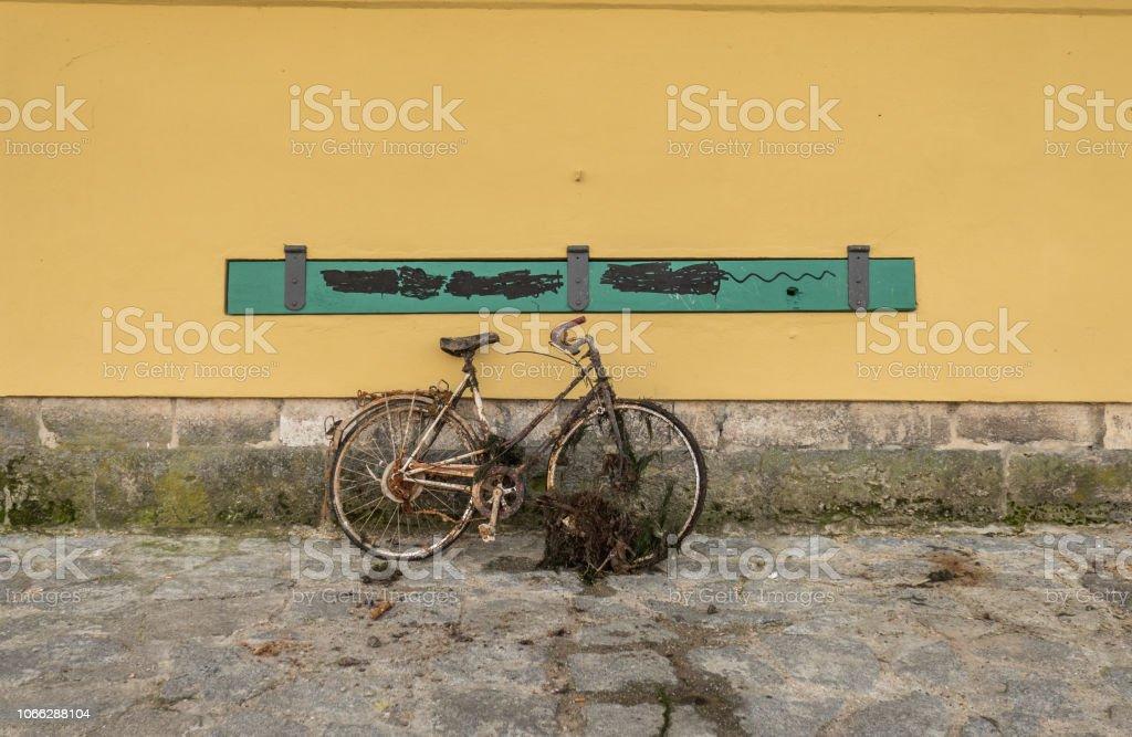 abandonada la vieja bicicleta oxidada de río - foto de stock