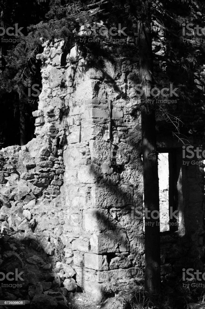 Abandoned old stone house foto de stock royalty-free